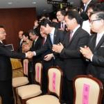 李克强副总理和欧华青联会长傅旭海握手交谈