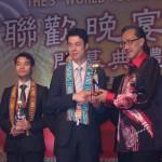 马来西亚拿督马希迪曼俊部长为十大杰出青年欧华青联会长傅旭海颁奖。